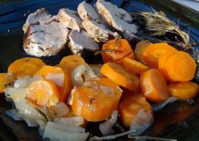 Assiette de rôtis de porc at carottes aux oignons