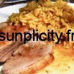 Assiette de magret de canard avec du riz aux oignons