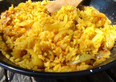 Plat de riz épicé aux oignons